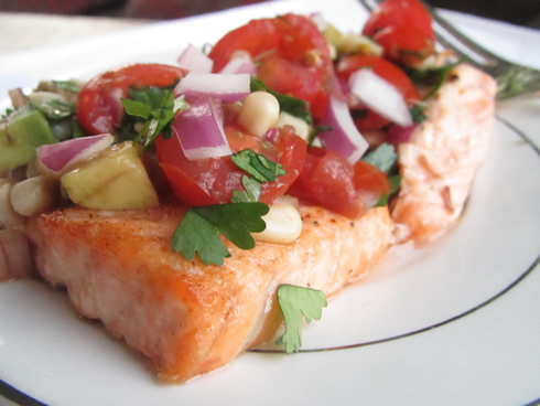 Paleo / Whole30 recipes: salmon with tomato avocado salsa